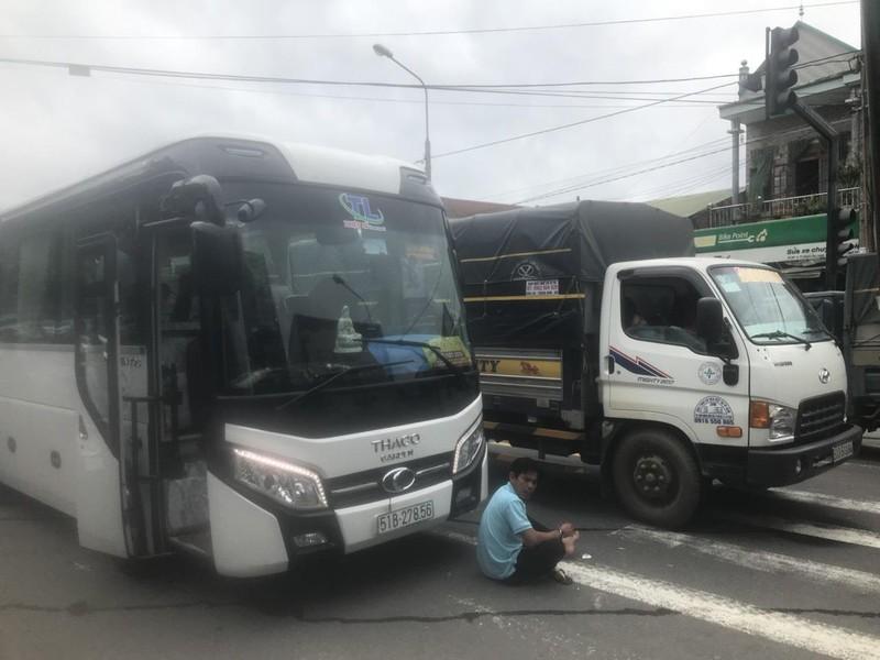 Đèo Bảo Lộc sạt lở, giao thông hoàn toàn tê liệt - ảnh 3