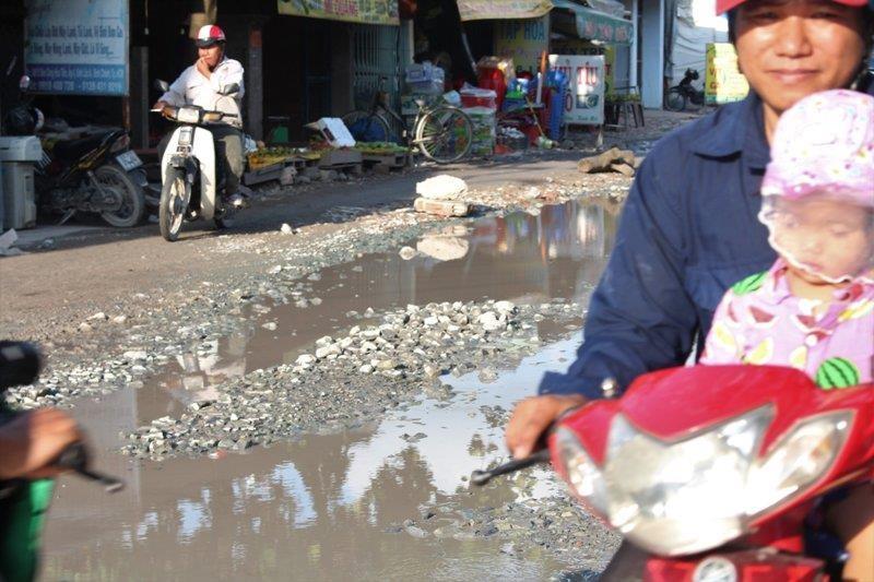 Sau cơn mưa, đường Nữ Dân Công lại sắp hóa thành 'sông' - ảnh 2