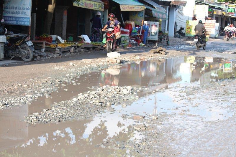 Sau cơn mưa, đường Nữ Dân Công lại sắp hóa thành 'sông' - ảnh 4