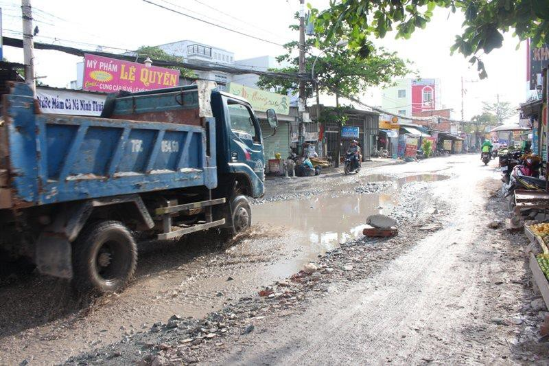 Sau cơn mưa, đường Nữ Dân Công lại sắp hóa thành 'sông' - ảnh 1