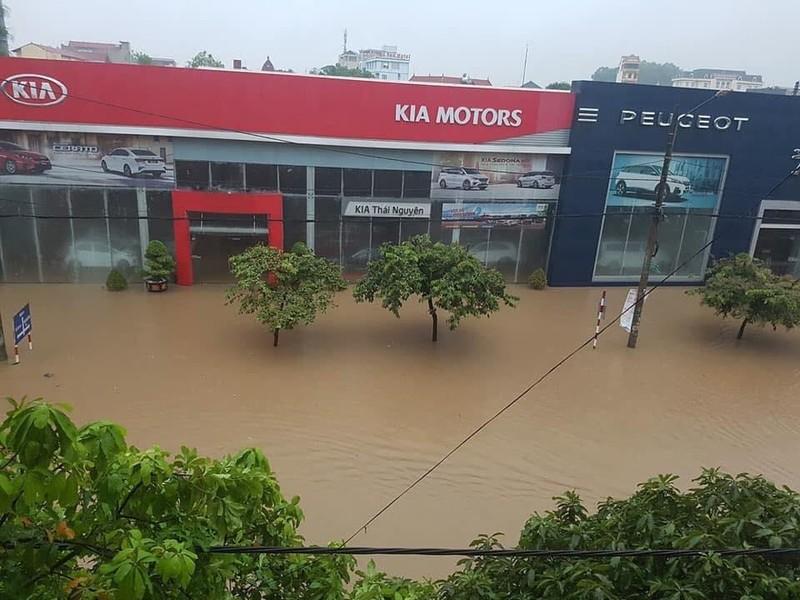 Mưa lớn, TP Thái Nguyên hóa thành sông - ảnh 2