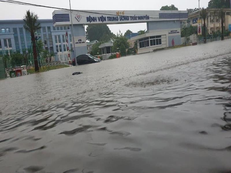 Mưa lớn, TP Thái Nguyên hóa thành sông - ảnh 1