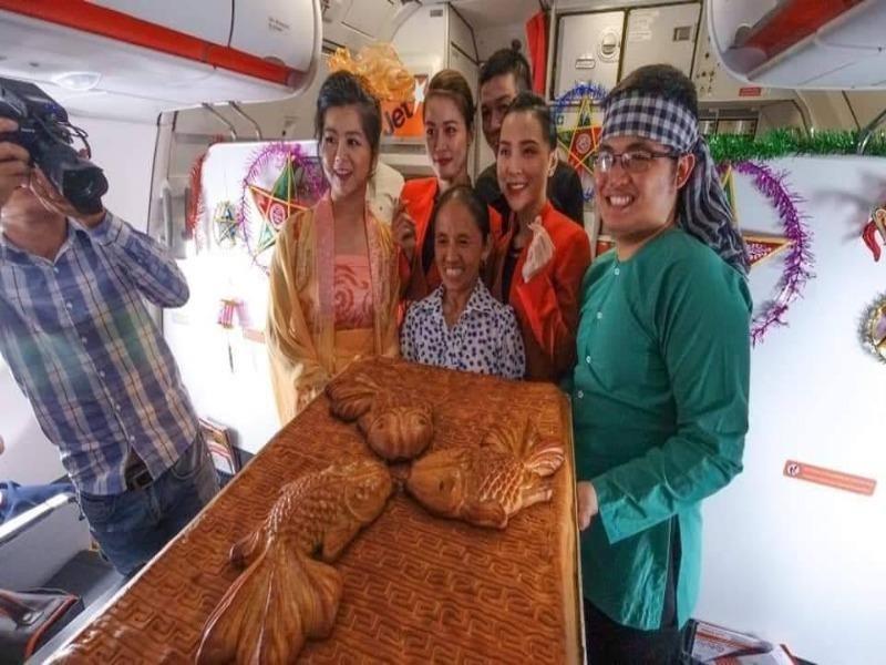 Bà Tân Vlog mang bánh khổng lồ lên máy bay, Jetstar nói gì? - ảnh 1