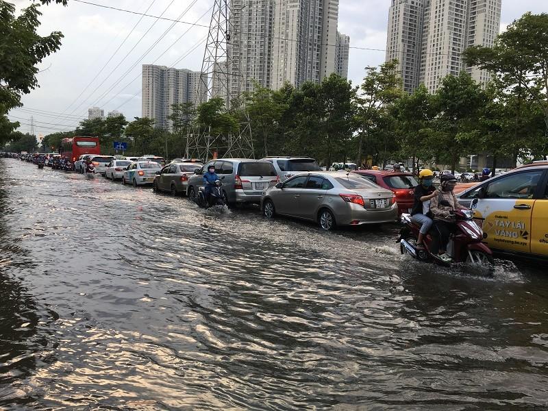 Xa lộ Hà Nội ngập trong biển nước - ảnh 1