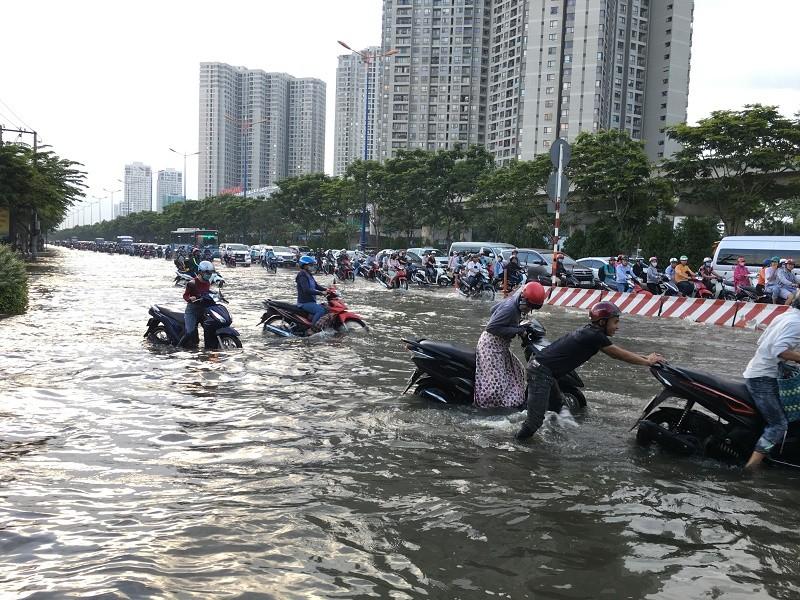 Xa lộ Hà Nội ngập trong biển nước - ảnh 2