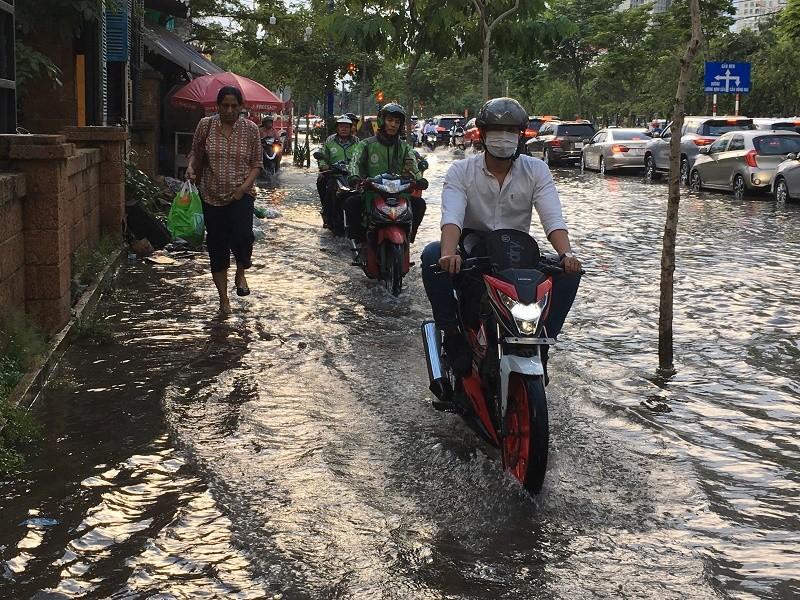 Xa lộ Hà Nội ngập trong biển nước - ảnh 3