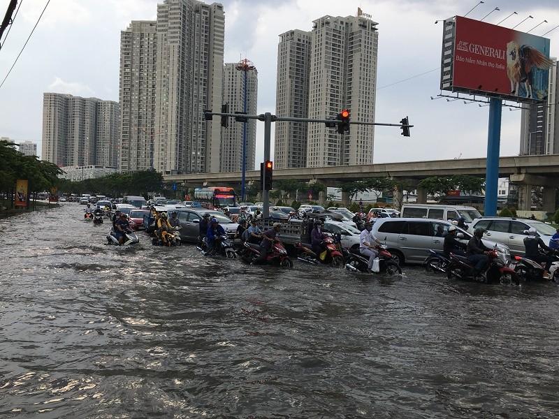 Xa lộ Hà Nội ngập trong biển nước - ảnh 4