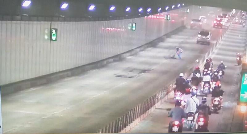 Xe tải làm rớt bao tro gây bụi mù mịt trong hầm Thủ Thiêm - ảnh 2