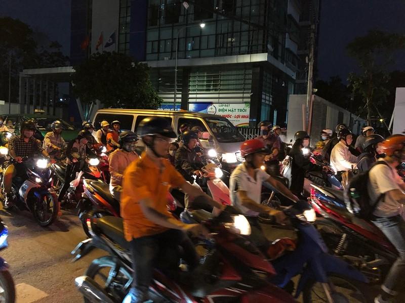 Kẹt xe nghiêm trọng ở khu vực Tân Sơn Nhất - ảnh 2