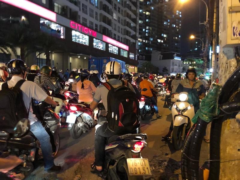 Kẹt xe nghiêm trọng ở khu vực Tân Sơn Nhất - ảnh 3