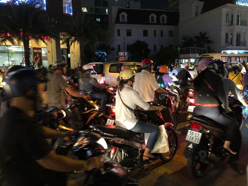 Kẹt xe nghiêm trọng ở khu vực Tân Sơn Nhất - ảnh 4