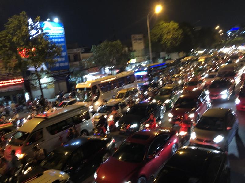 Kẹt xe nghiêm trọng tại vòng xoay Hàng Xanh  - ảnh 2