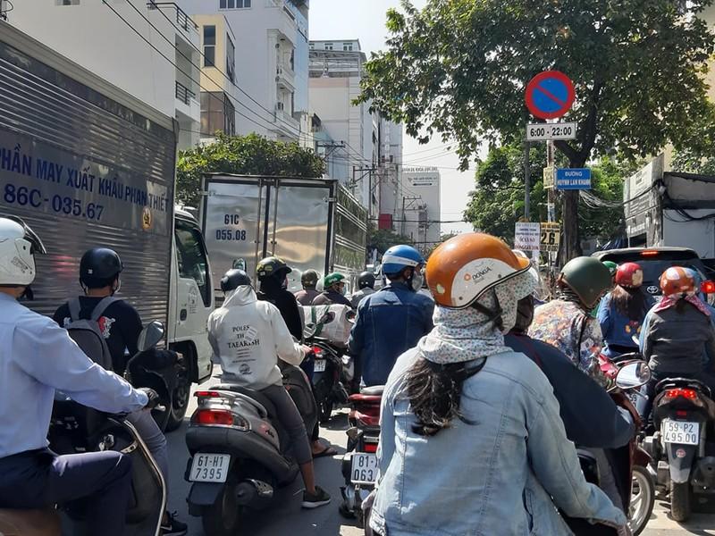 Ngán ngẩm với tuyến đường cửa ngõ sân bay Tân Sơn Nhất - ảnh 4