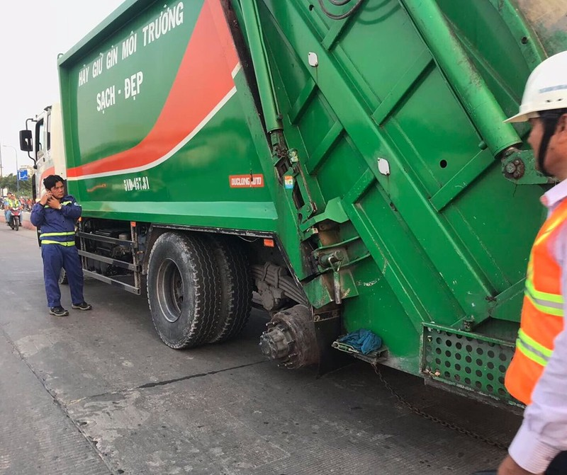 Xe chở rác bể bánh cản trở lưu thông hầm Thủ Thiêm  - ảnh 3
