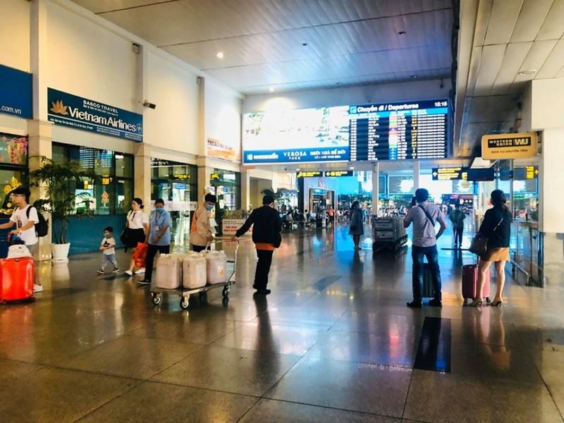 Cận cảnh sân bay Tân Sơn Nhất lại vắng hoe - ảnh 9