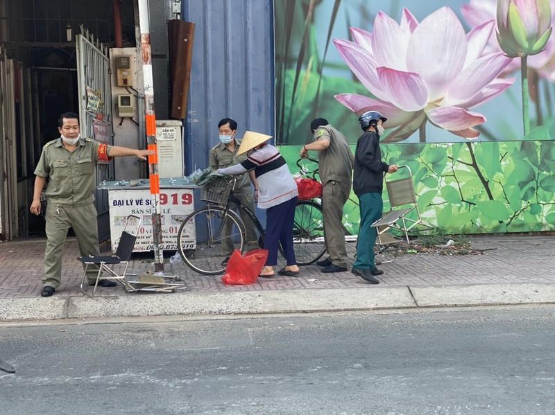 Công an phường chia sẻ khó khăn với người nghèo - ảnh 5