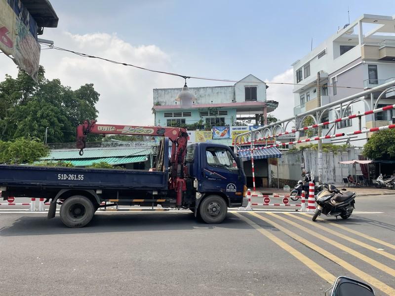 Xe tải mắc kẹt trên cầu An Phú Đông vì bất chấp biển cấm - ảnh 1