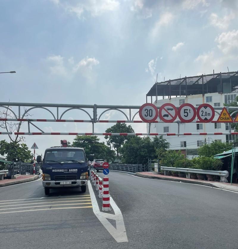 Xe tải mắc kẹt trên cầu An Phú Đông vì bất chấp biển cấm - ảnh 2
