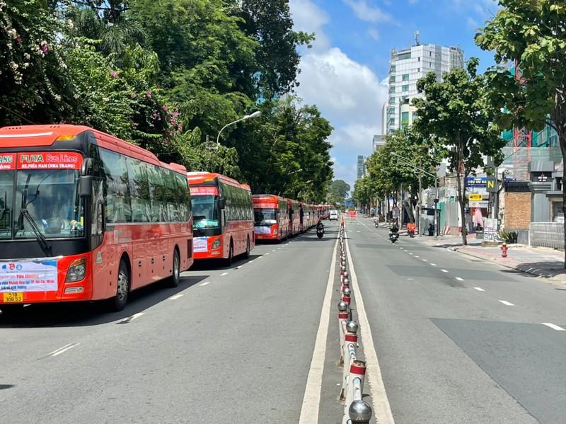 500 sinh viên Khánh Hòa về quê trên những chuyến xe màu cam - ảnh 2