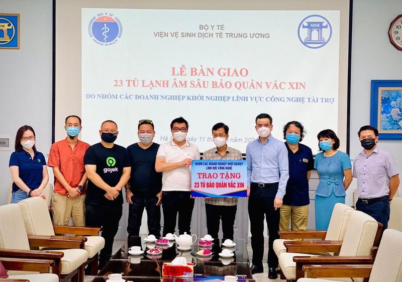 Gojek cùng một số doanh nghiệp tặng Bộ Y tế 23 tủ đông âm sâu bảo quản vaccine - ảnh 1