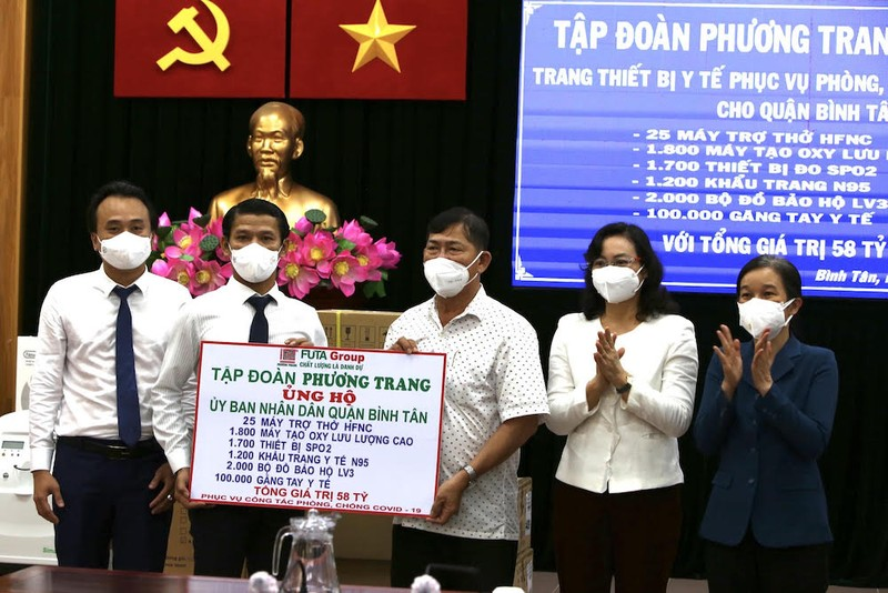 Tập đoàn Phương Trang trao tặng thiết bị y tế cho quận Bình Tân - ảnh 2