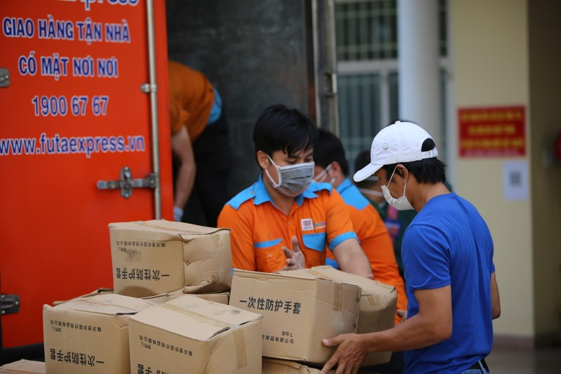 Tập đoàn Phương Trang trao tặng thiết bị y tế cho quận Bình Tân - ảnh 1