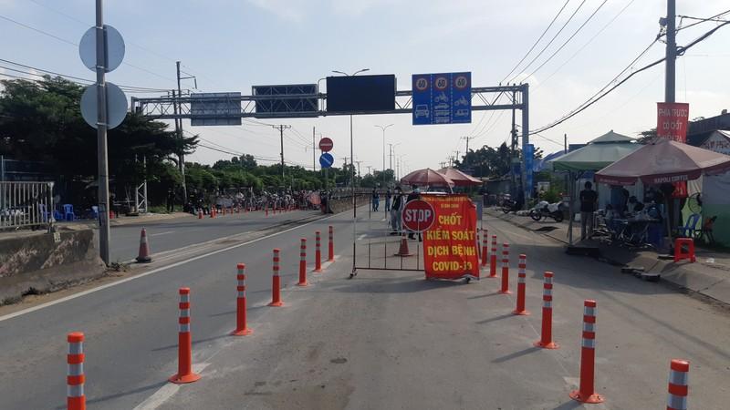 120 người bị kẹt ở Bình Chánh đã được tỉnh Long An đón về cách ly - ảnh 2