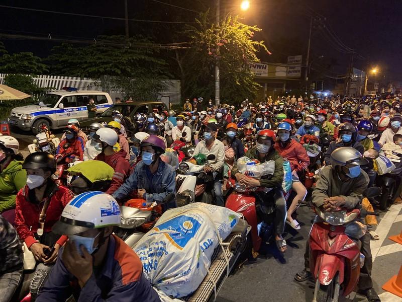 Long An đang đón người dân bị kẹt ở chốt kiểm soát giáp ranh TP.HCM về quê - ảnh 2