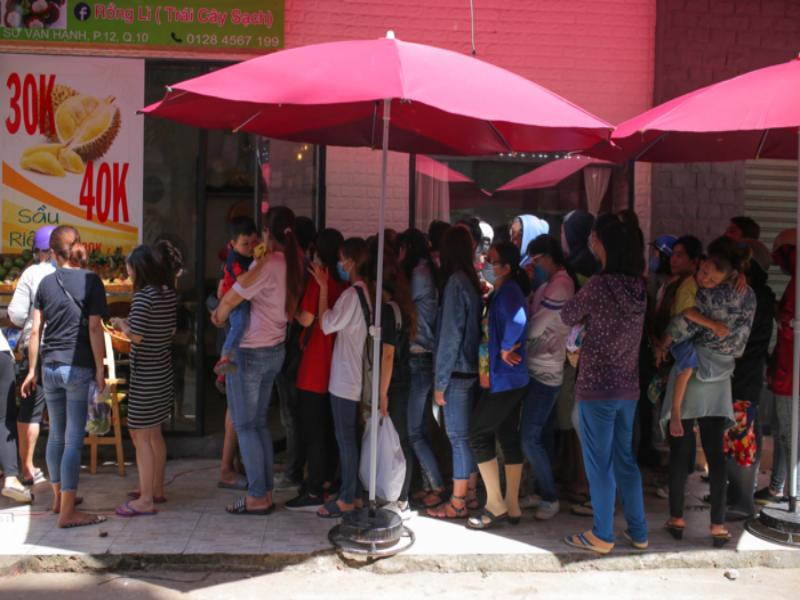 Người Sài Gòn xếp hàng ăn sầu riêng trả hạt, đặt cọc  - ảnh 2