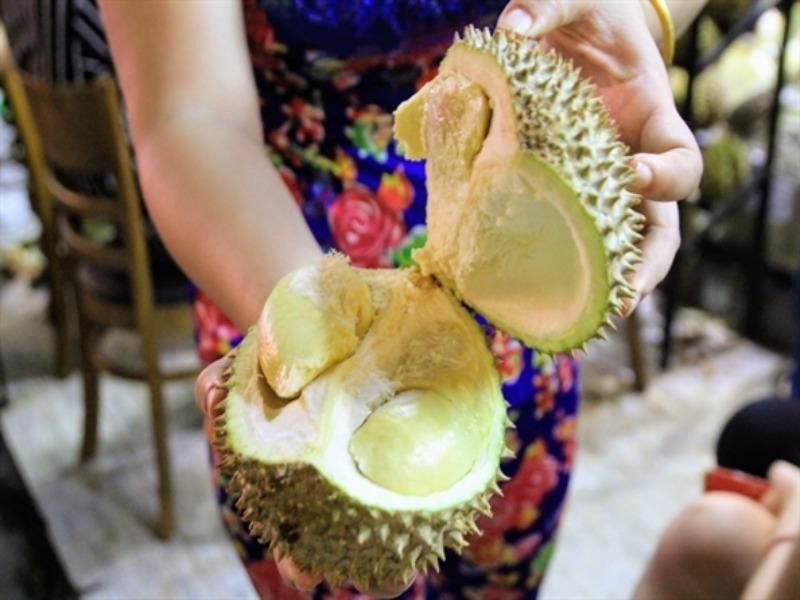 Người Sài Gòn xếp hàng ăn sầu riêng trả hạt, đặt cọc  - ảnh 1