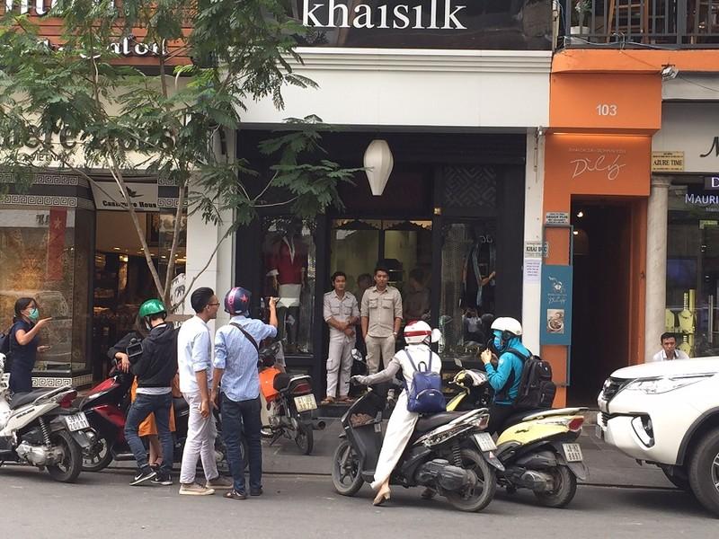 Bảo vệ Khaisilk 'cấm cửa' phóng viên vào cửa hàng - ảnh 2
