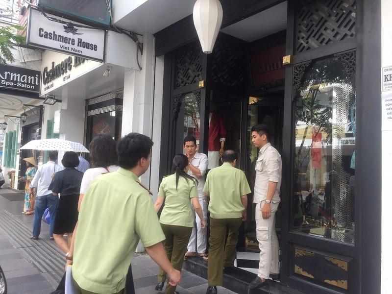 Bảo vệ Khaisilk 'cấm cửa' phóng viên vào cửa hàng - ảnh 1