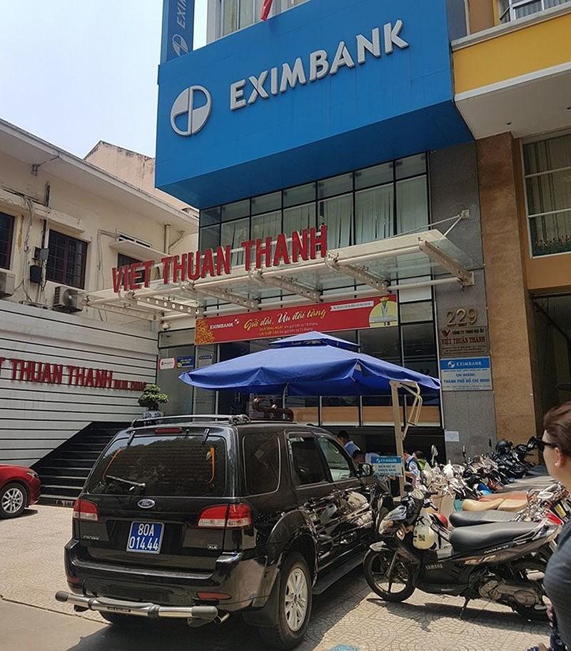 2 nhân viên bị bắt, cổ phiếu EximBank lại 'rực lửa' - ảnh 1