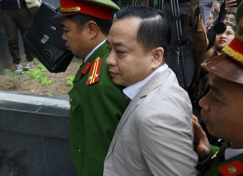 Vũ 'nhôm' cùng cựu chủ tịch TP Đà Nẵng đã tới tòa - ảnh 2