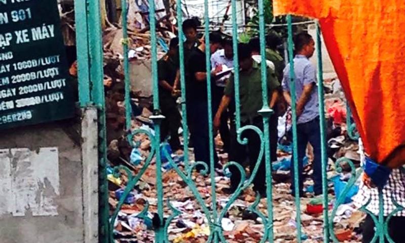 Biệt thự cổ HN sập: người dân lao vào lấy tài sản bất chấp nguy hiểm - ảnh 1