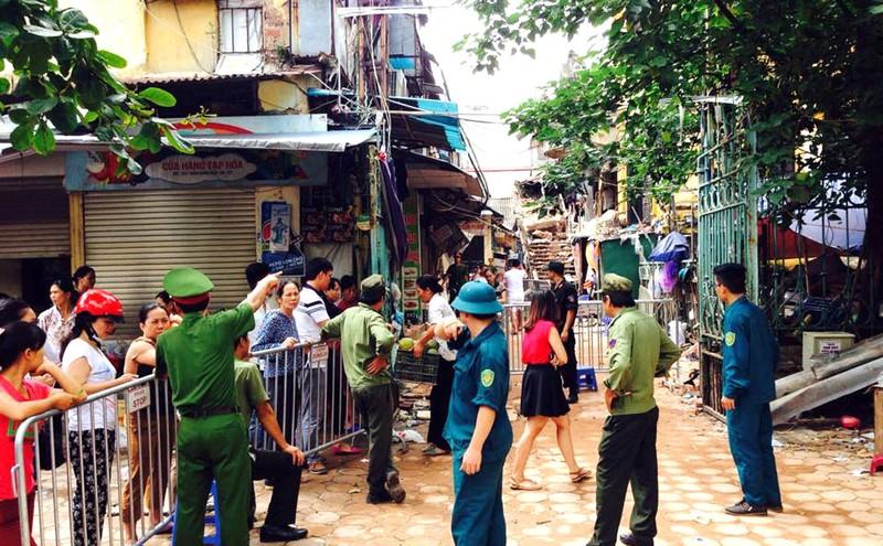 Biệt thự cổ HN sập: người dân lao vào lấy tài sản bất chấp nguy hiểm - ảnh 2
