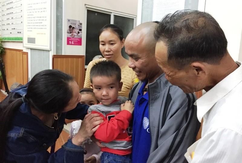 Thuyền Viên Phan Xuân Phương hạnh phúc bên gia đình và con trai sau những ngày tháng xa cách. Ảnh: Đ. TRUNG