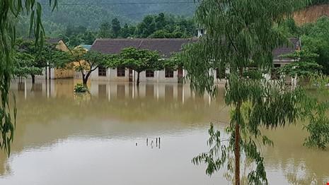 Lũ trên sông Gianh đang nhấn chìm hàng ngàn ngôi nhà - ảnh 2