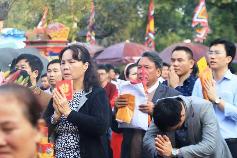 Vạn người hành hương về đền Trần trước giờ khai ấn - ảnh 1