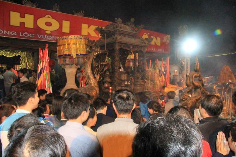 Biển người ở đền Trần trong đêm khai ấn - ảnh 7