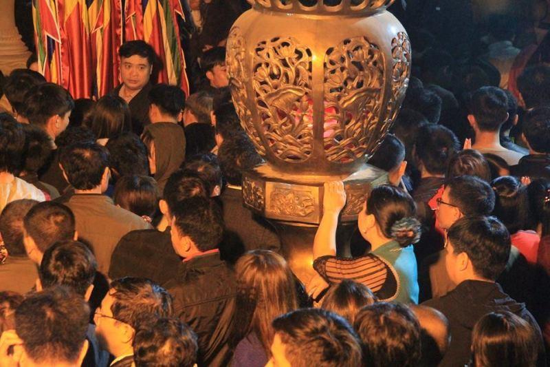Biển người ở đền Trần trong đêm khai ấn - ảnh 4