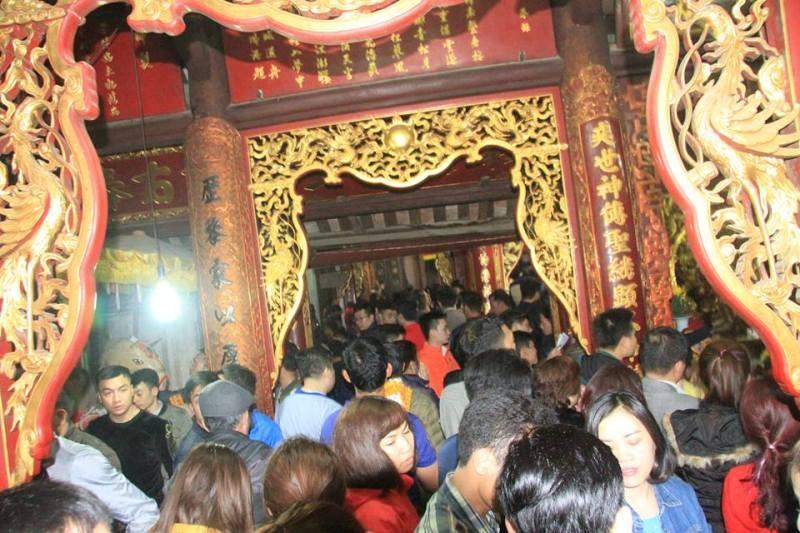 Biển người ở đền Trần trong đêm khai ấn - ảnh 6