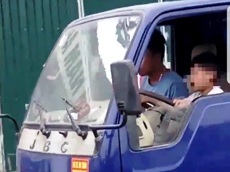 Kinh hãi bé 10 tuổi lái xe tải băng băng trên đường - ảnh 1