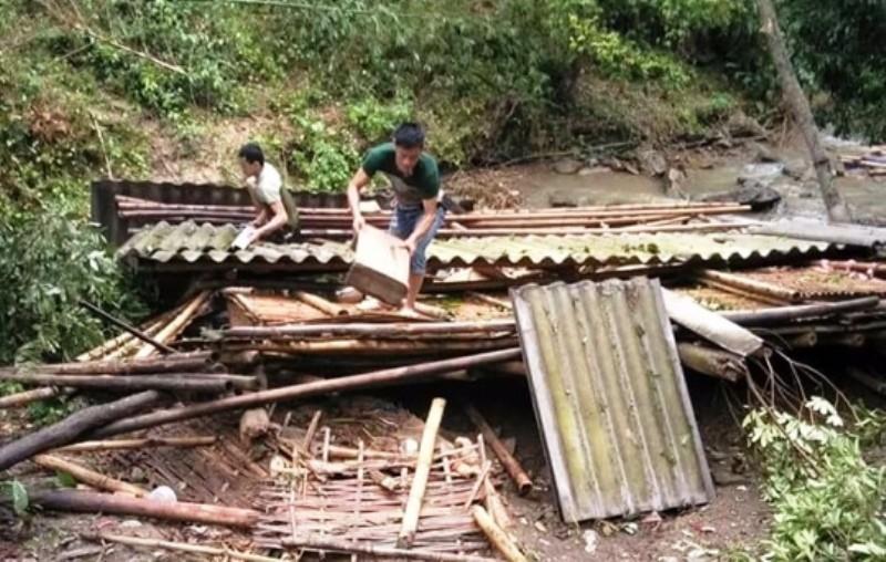 Lốc xoáy kèm mưa đá bất ngờ, gây thiệt hại nặng nề - ảnh 1