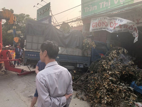 Xe cứu hộ đâm xe tải, sập nhà dân làm 3 người nhập viện - ảnh 2