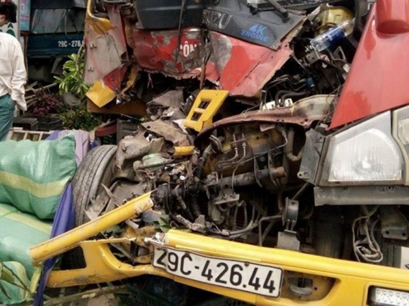 Xe cứu hộ đâm xe tải, sập nhà dân làm 3 người nhập viện - ảnh 1