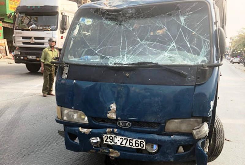 Xe cứu hộ đâm xe tải, sập nhà dân làm 3 người nhập viện - ảnh 3