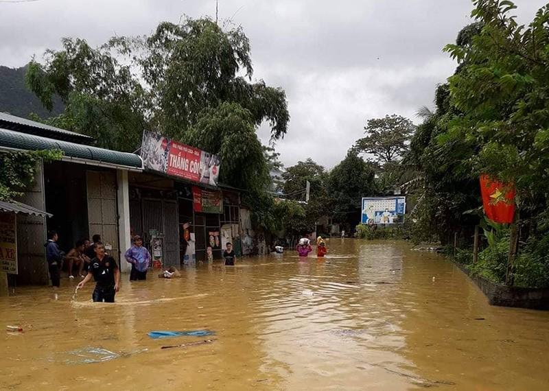 Nhiều nơi ở Thanh Hóa bị chia cắt, cô lập vì mưa lũ - ảnh 3
