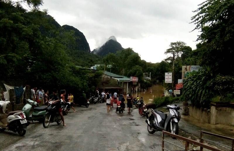 Nhiều nơi ở Thanh Hóa bị chia cắt, cô lập vì mưa lũ - ảnh 1