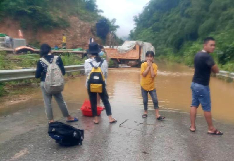Nhiều nơi ở Thanh Hóa bị chia cắt, cô lập vì mưa lũ - ảnh 7